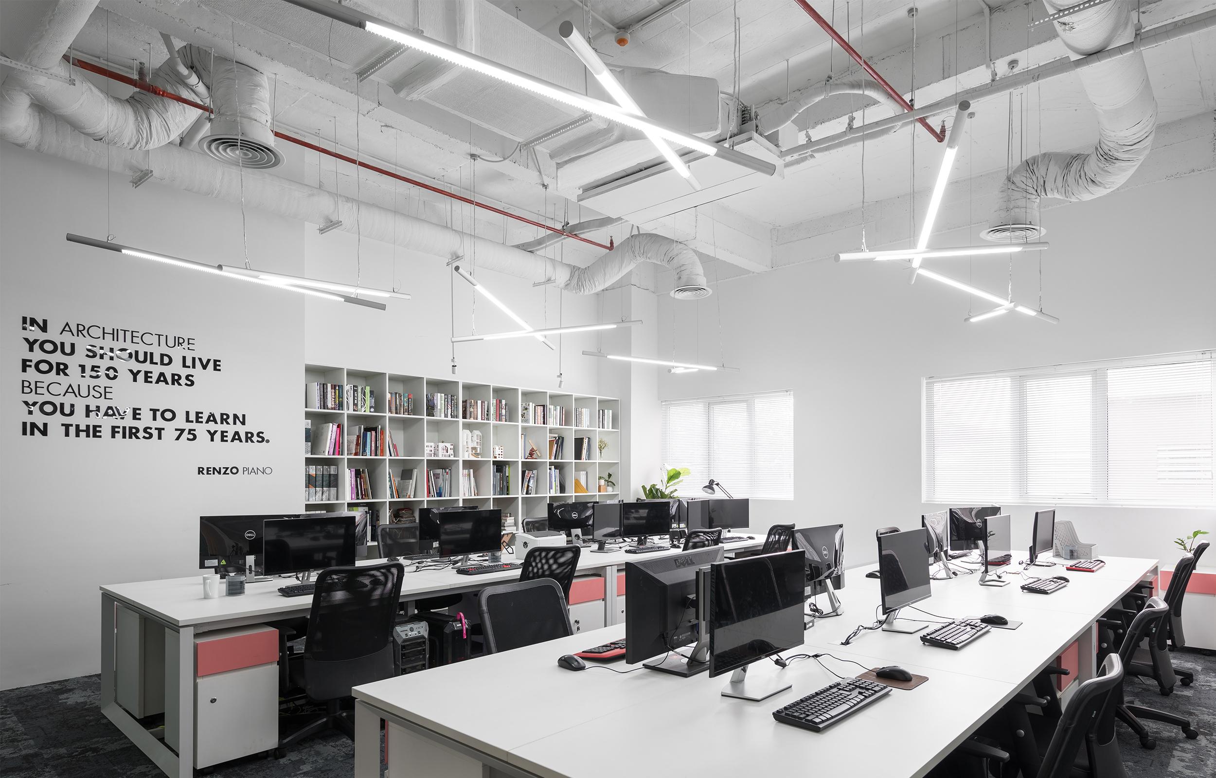 Tủ tài liệu của văn phòng D+ Studio được bố trí âm tường, sử dụng khoảng trống không gian để tiết kiệm diện tích sử dụng cho văn phòng.