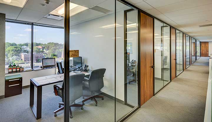 văn phòng không gian kín với vách ngăn kính