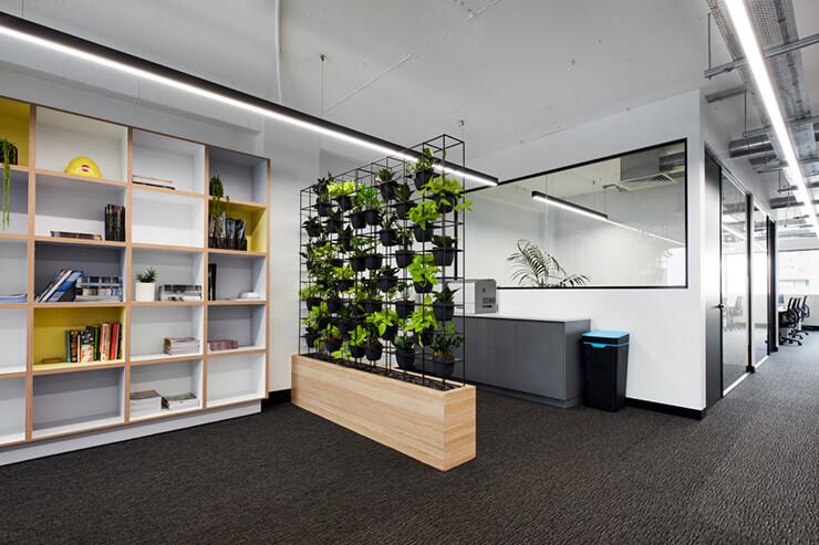 thiết kế văn phòng xanh với vách ngăn cây xanh