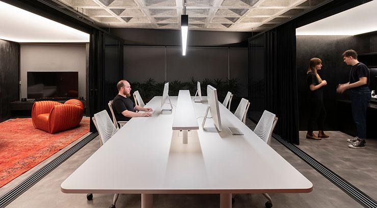 Một phòng họp không vách ngăn nhưng không làm mất đi tính riêng tư, trang trọng nhờ tấm rèm mềm mại thay thế. Hiệu ứng ánh sáng được lựa chọn kỹ lưỡng giúp toát lên sự hiện đại.