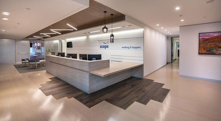 Nếu bạn có một văn phòng rộng rãi, hãy thử mẫu quầy lễ tân hình chữ L với khu vực đứng check-in dành cho khách đầy tinh tế, sắc sảo.