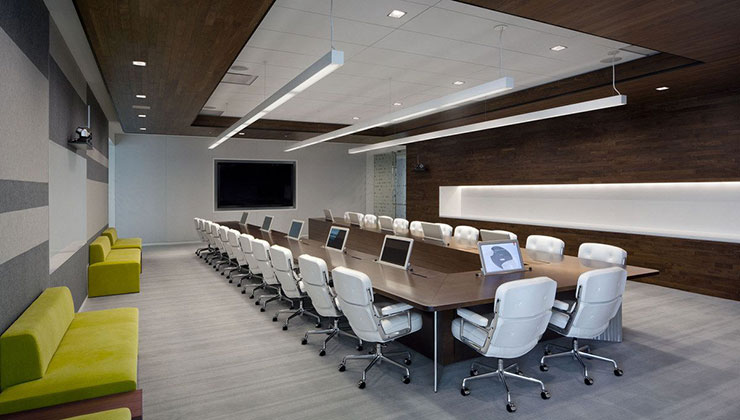 Với những công ty đông thành viên thì đây là mẫu phòng họp khá lý tưởng. Những mảng gỗ ốp trần và tường cân bằng tone màu sáng tối đồng thời làm tăng sự sang trọng.