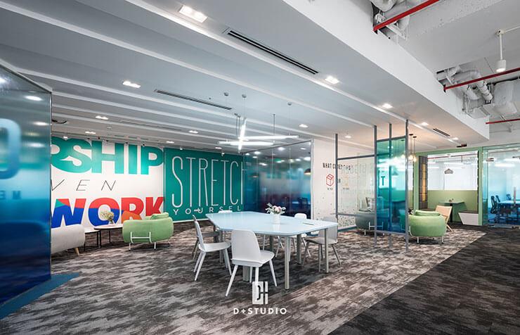 Bố trí bàn nhỏ sẽ giúp tối ưu diện tích và liên kết các khu vực trong văn phòng