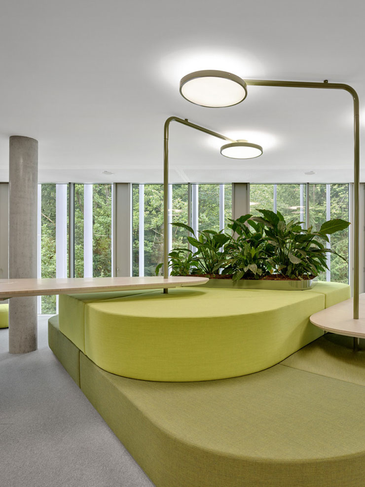 Mặt thoáng rộng lớn giúp tối ưu ánh sáng tự nhiên và gió trời, giúp cây xanh quang hợp và đem lại không khí trong lành cho văn phòng.