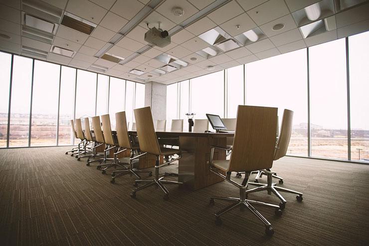 Mẫu phòng họp tối giản với những chiếc ghế màu vàng mù tạt và những tấm kính lớn cho phép tiếp nhận ánh sáng tự nhiên lớn nhất.