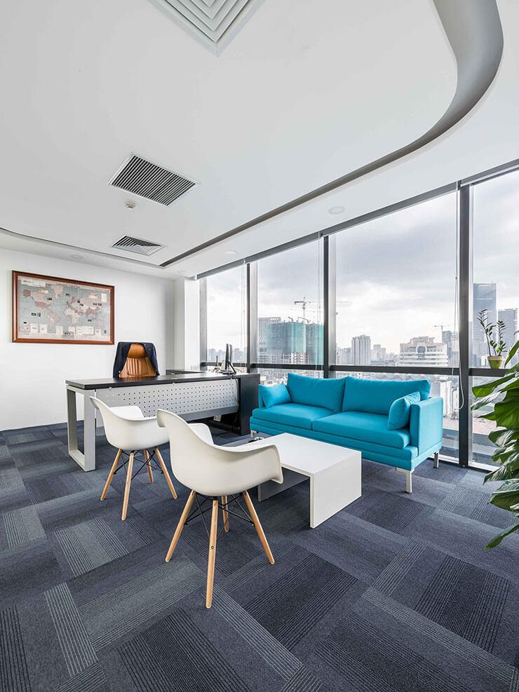 Ghế sofa được bố trí ở khu vực tiếp khách mang lại sự chuyên nghiệp cho không gian