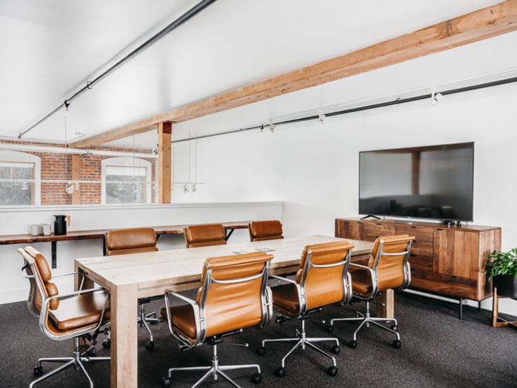 Nội thất bàn, tủ, xà ngang sử dụng gỗ thô mộc, tạo nên văn phòng gần gũi với thiên nhiên