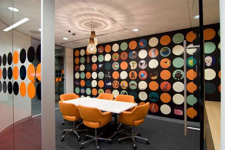Bức tường được thiết kế thông minh với hình ảnh từ các nhân vật trong truyện. Sự phối hợp hài hòa giữa các gam màu giúp người ngồi tập trung và cho ra đời những ý tưởng.