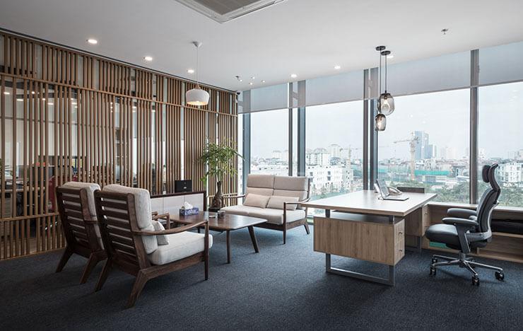 Trong văn phòng giám đốc, bàn, ghế, vách ngăn đều sử dụng chất liệu gỗ, tạo sự đa dạng, phong phú.
