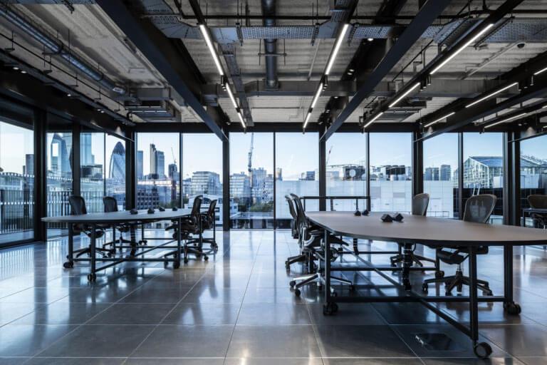 Nguồn ánh sáng và quang cảnh sẽ tạo một cảm giác rộng rãi hơn cho văn phòng