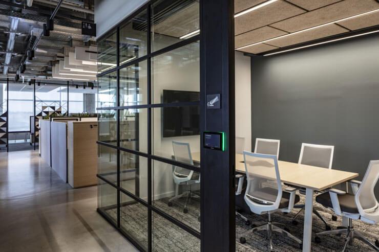 Phòng họp nên được cách âm để đảm bảo sự yên tĩnh cũng như tính bảo mật cần có với các thông tin có trong buổi họp