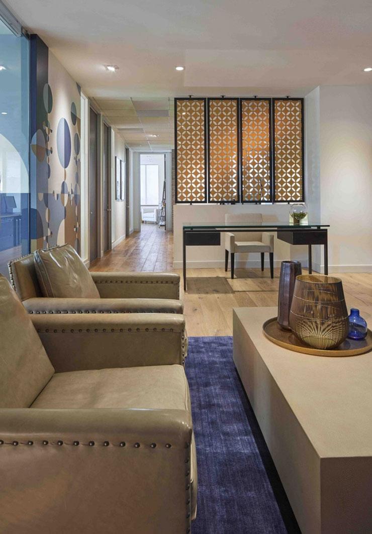 Nếu không có quá nhiều diện tích, bạn có thể bố trí nội thất trong phòng giám đốc theo chiều dọc. Đừng quên tạo điểm nhấn bằng những gam màu nổi bật hoặc những chi tiết decor ấn tượng.