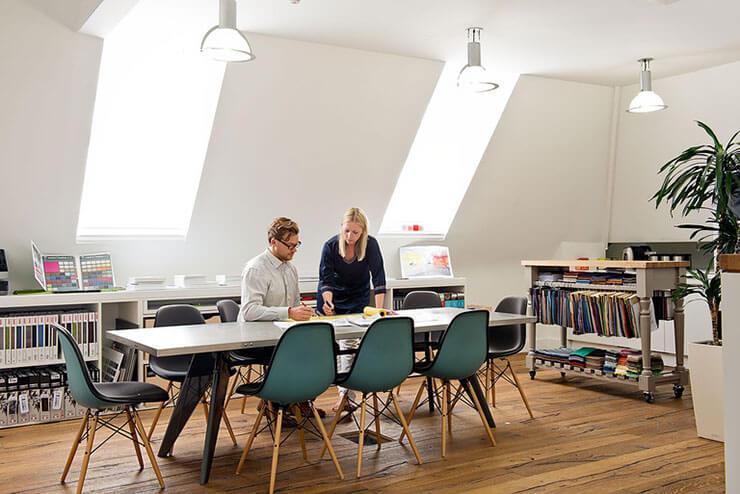 Một văn phòng với sàn gỗ sẽ dễ dàng lau chùi và thực hiện vệ sinh hơn