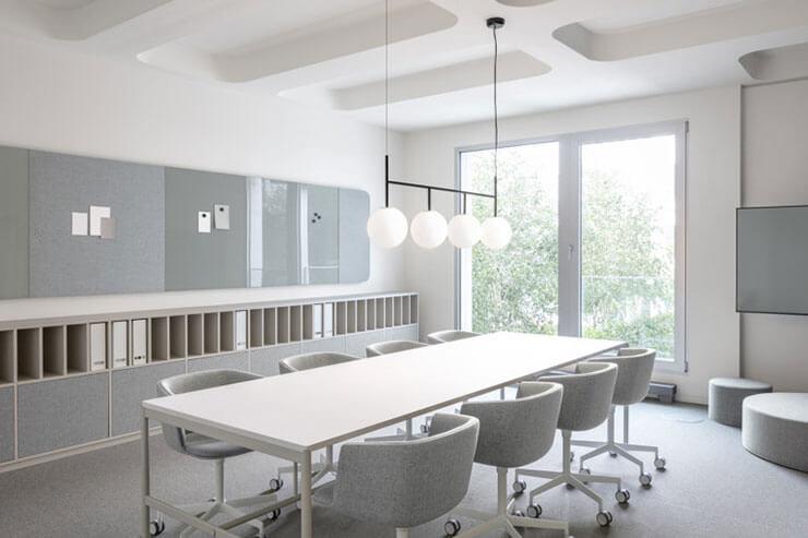 Chọn lựa màu sơn phù hợp cũng giúp khuếch tán ánh sáng trong văn phòng tốt hơn