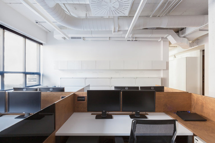 Nhằm đem đến sự tập trung tối đa, hãy sử dụng vách ngăn 3 mặt bao quanh chỗ làm việc của nhân viên