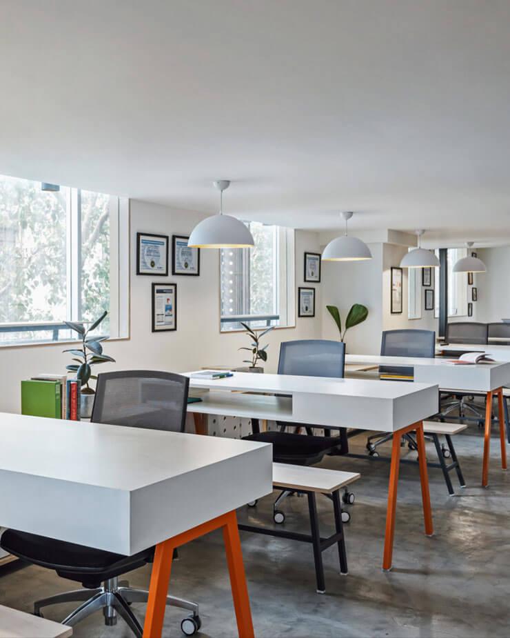 Bố trí nguồn ánh sáng tự nhiên luôn là ưu tiên hàng đầu khi thiết kế văn phòng