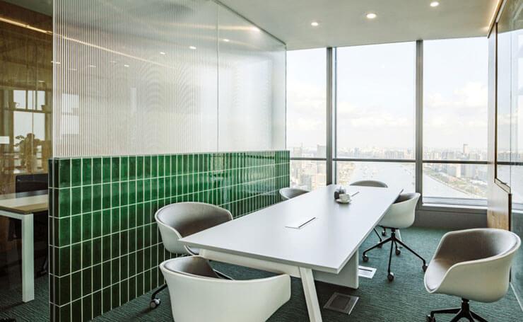 Sử dụng kính luôn là ưu tiên để tăng thêm ánh sáng cho văn phòng