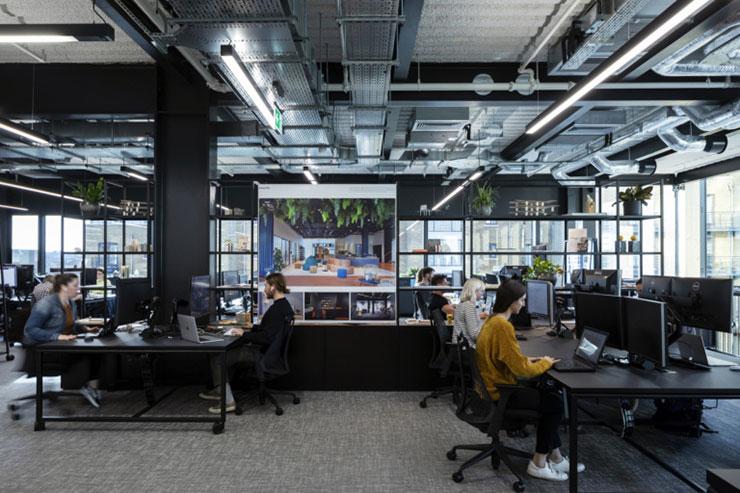 Với một văn phòng có nhiều màn hình, thông tin cần truyền thông nội bộ sẽ nhanh chóng tới được nhân viên hơn