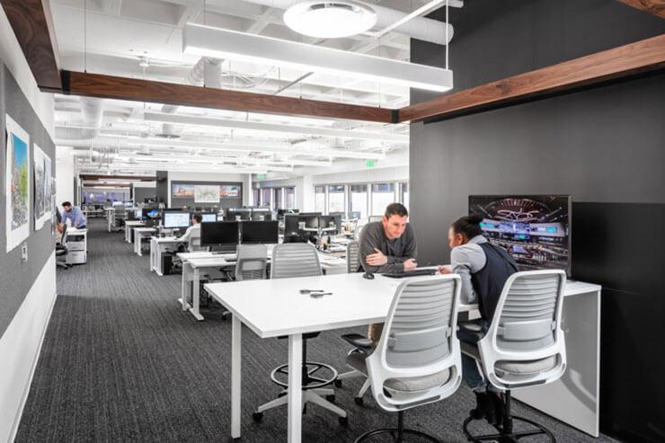 Tông màu trung tính giúp tạo chiều sâu và cảm giác văn phòng trông rộng hơn hẳn