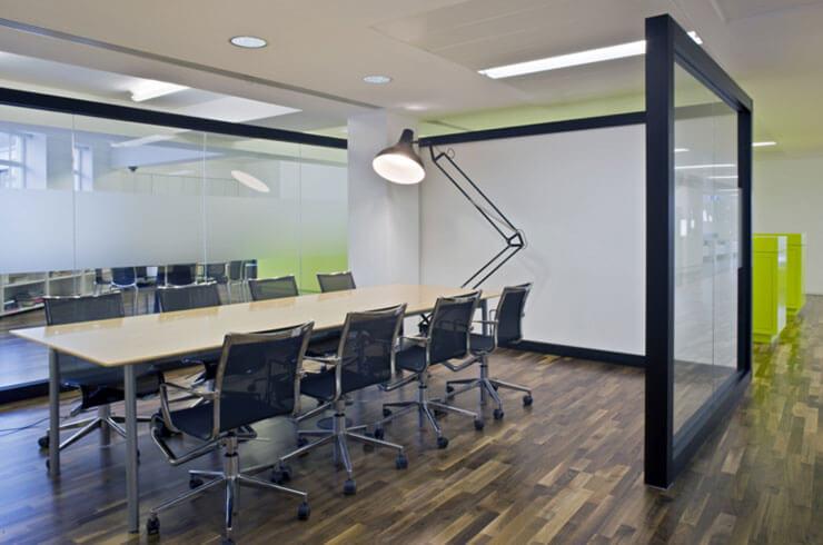 Một văn phòng với sàn gỗ sẽ trông lịch sự, sang trọng hơn