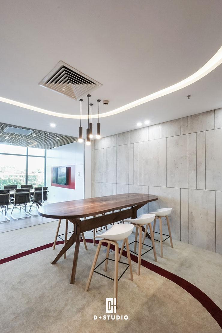 Không gian phòng họp được thiết kế riêng biệt bằng việc sử dụng vách kín, khiến cho chiều rộng không gian được mở ra mà vẫn giữ được sự riêng tư cần thiết.