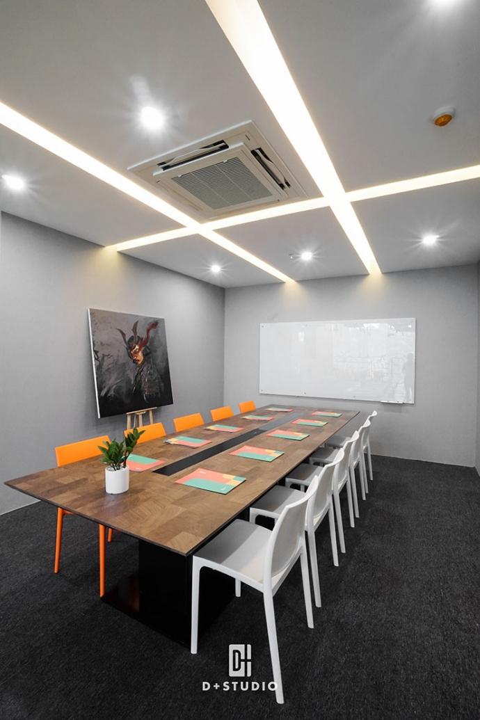 Văn phòng sử dụng màu sắc tươi sáng, bắt mắt. Từ màu sơn tường đến màu đồ nội thất đều có sự hài hòa nhất định.