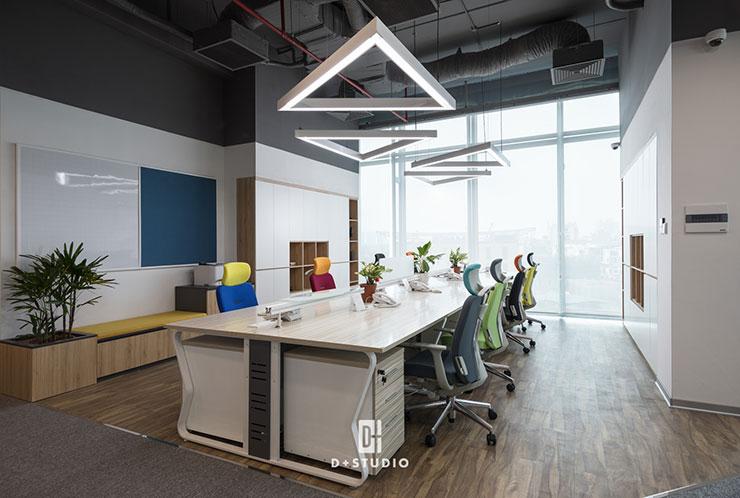 Ngoài màu chủ đạo là màu trắng của tường và đồ nội thất, các màu sắc tươi sáng được sử dụng trên các đồ nội thất như ghế ngồi, bảng…