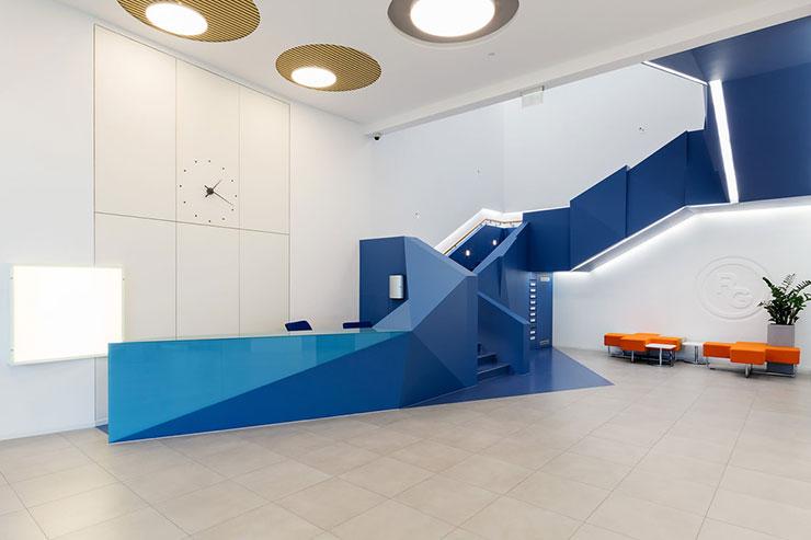 Quầy lễ tân được thiết kế thành một khối đồng bộ với cầu thang lên xuống và gây ấn tượng với tone màu xanh dương.