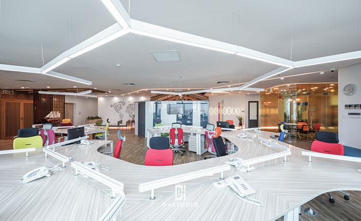 Khu vực làm việc chung của TAJ được bố trí bàn làm việc có hình dáng độc đáo, sáng tạo nhằm tối ưu vị trí ngồi.