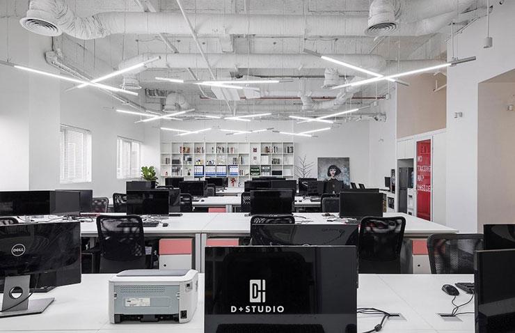 Văn phòng có sự kết hợp linh hoạt giữa ánh sáng tự nhiên và ánh sáng nhân tạo thông qua hệ thống cửa sổ, đèn trên trần