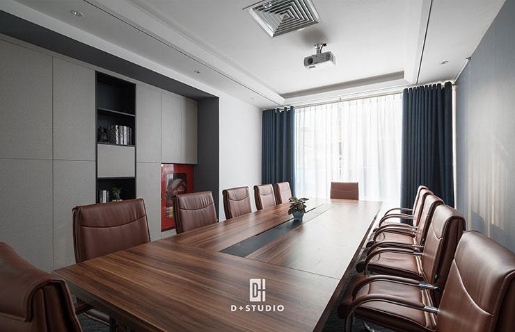 Phòng họp được thiết kế thêm hệ thống máy chiếu giúp cuộc họp diễn ra thuận lợi hơn