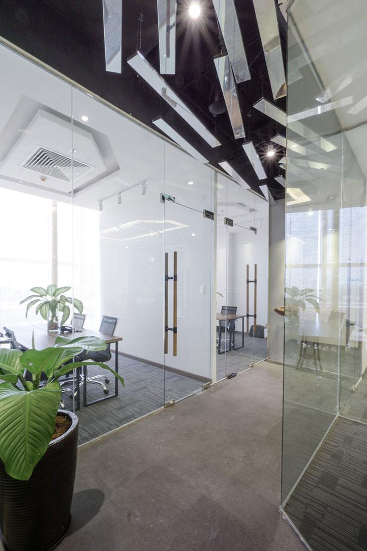Phòng họp được tách biệt bởi vách kính nhằm đảm bảo sự riêng tư