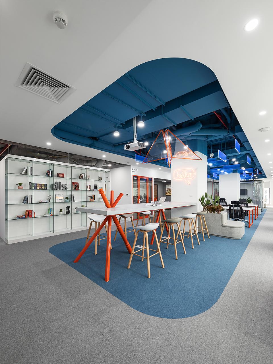 Khu vực họp nhanh, trao đổi ngắn của các nhân viên tại văn phòng công ty DLS với hình ảnh máy bay sáng tạo trên trần và những chiếc cọc thể hiện tính vững chắc, kiên định ở khu vực bàn họp
