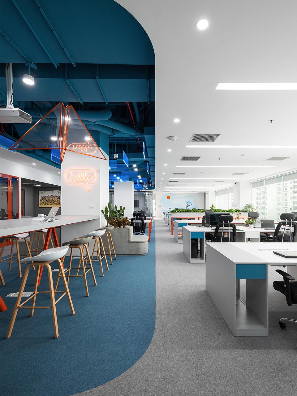Khu vực làm việc của các nhân viên tại văn phòng công ty DLS với sự kết hợp tông màu xanh trắng tạo cảm giác mới mẻ, công nghệ