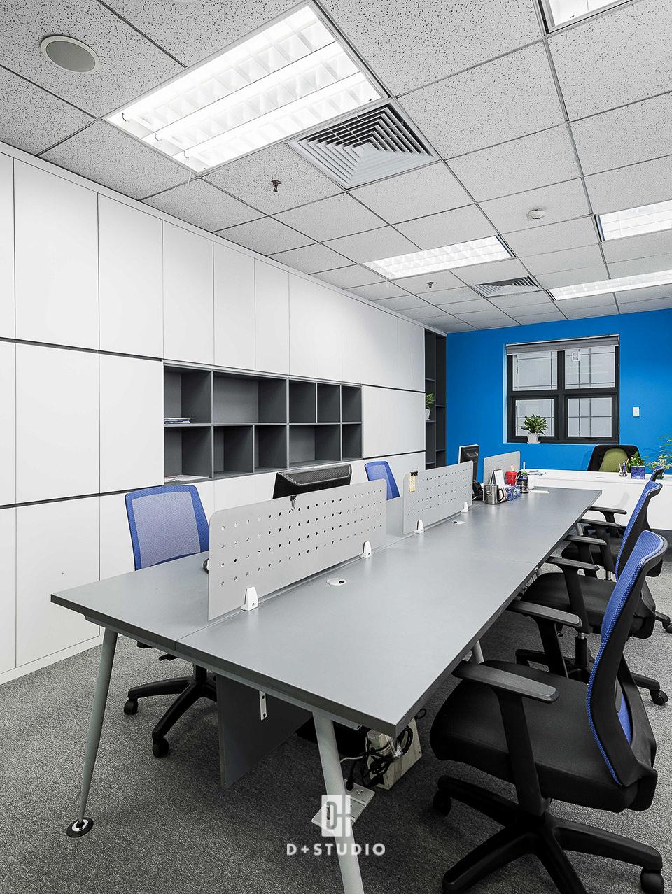 Màu xanh dương được sử dụng làm điểm nhấn tạo không gian hòa hợp, tăng điểm tương tác cho văn phòng làm việc CMC
