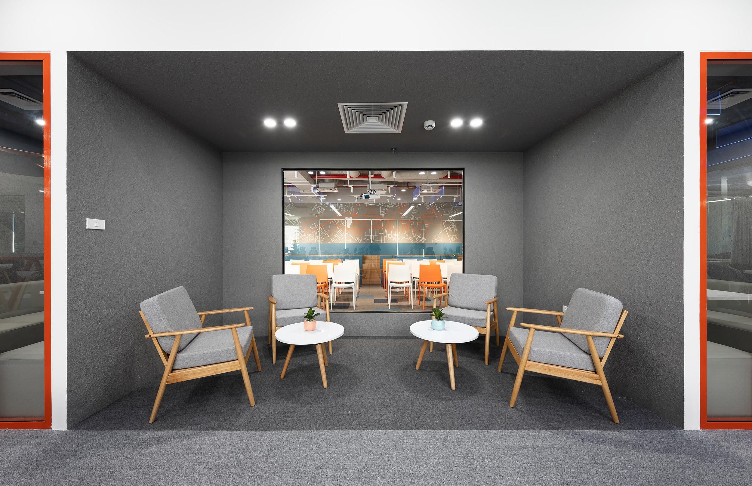 Không gian thảo luận công việc tại văn phòng công ty DLS