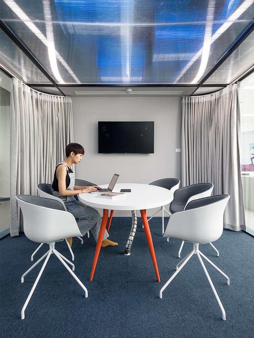 Khu vực phòng họp nhỏ với vách ngăn kính vừa đảm bảo tính riêng tư bảo mật, vừa đảm bảo thẩm mỹ và tính mở của không gian tại văn phòng công ty DLS