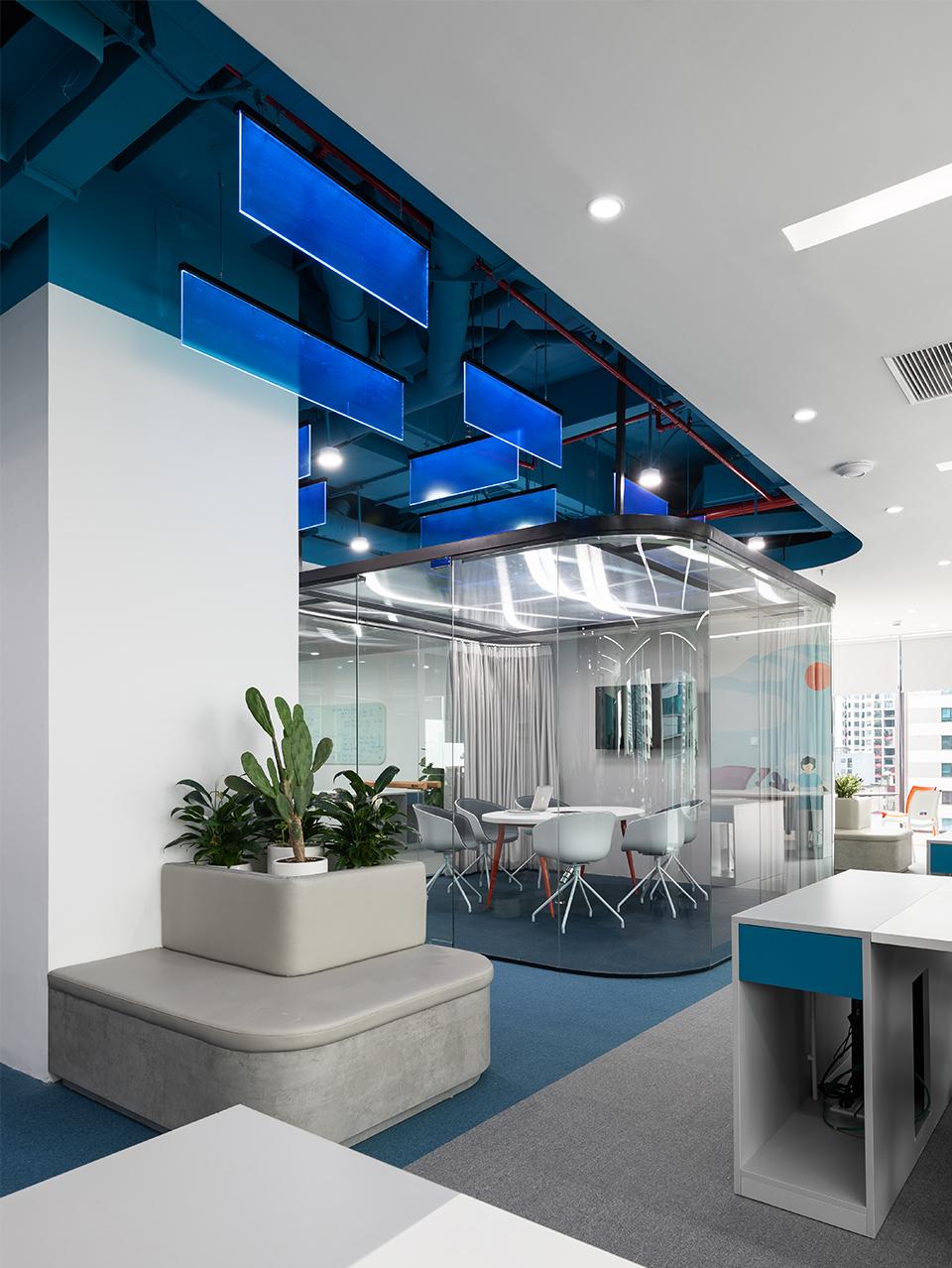 Khu vực phòng họp với vách ngăn kính vừa đảm bảo tính riêng tư bảo mật, vừa đảm bảo thẩm mỹ và tính mở của không gian tại văn phòng công ty DLS