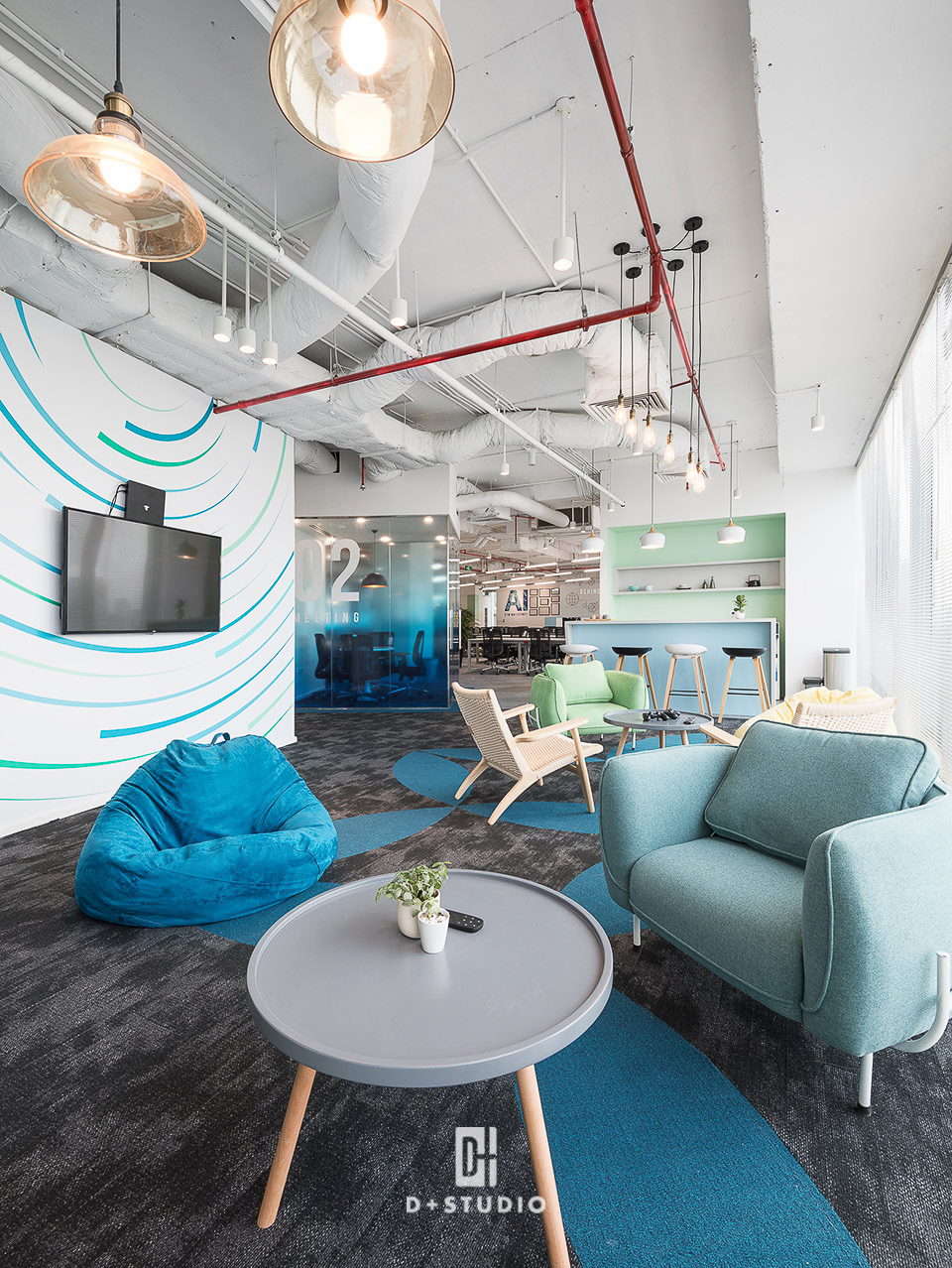 Khu vực nghỉ ngơi và pantry của Cinamon mang đến cảm giác thư giãn với tông màu xanh dương sử dụng linh hoạt trên tường, ghế, thảm và quầy bar
