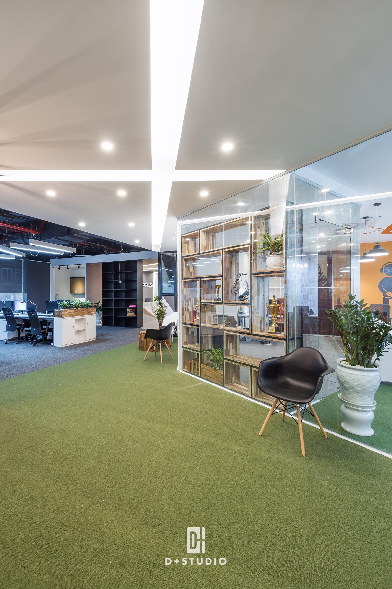 Tấm thảm xanh lá tại lối đi của F88 Play tạo cảm giác thoải mái, tươi mới như đang bước giữa đồng cỏ xanh mát cho cả không gian văn phòng