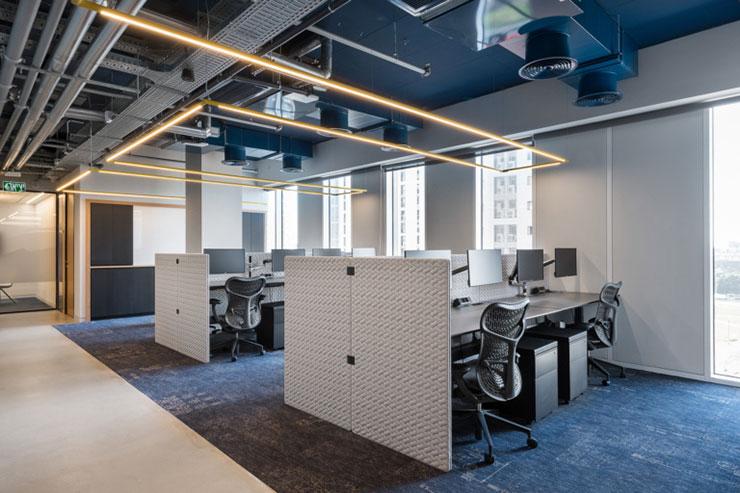 Kết hợp giữa ánh sáng nhân tạo và ánh sáng tự nhiên sẽ giúp cảm quan văn phòng trở nên rộng rãi hơn