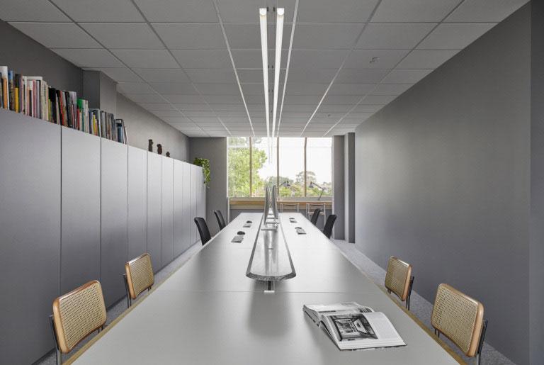 Bàn làm việc trải dài theo chiều dài căn phòng thể hiện sự phát triển không gian và được thiết kế linh hoạt với 2 khu vực làm việc và trò chuyện