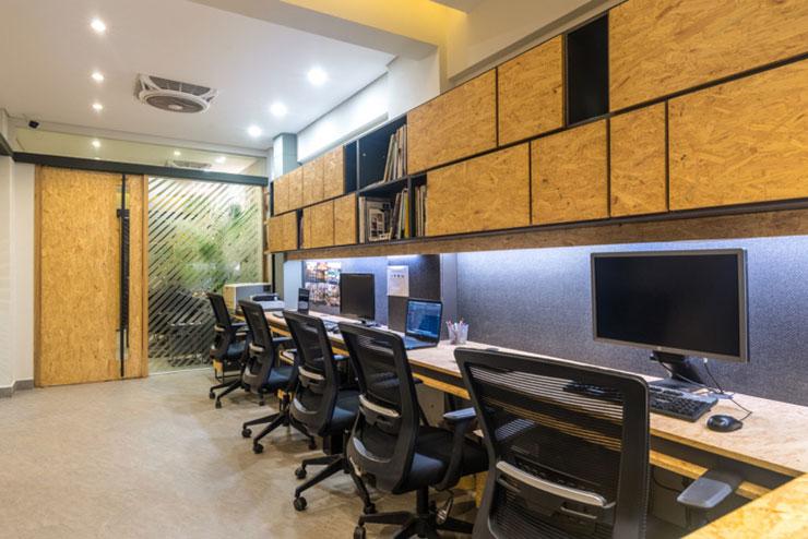 Không gian được thiết kế khá tối giản, bàn làm việc dài và để sát tường giúp nhân viên tập trung làm việc hơn