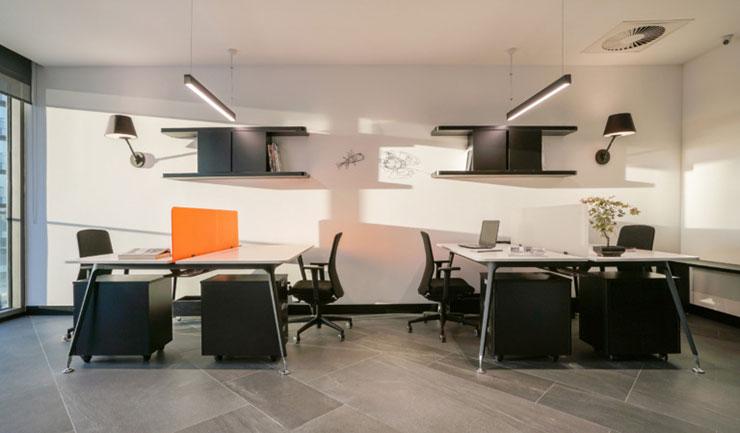 Cách phối màu hài hòa giữa tông màu cam và xám, đen và trắng của các đồ nội thất, tường, sàn mang đến sự ấm cúng mà tinh tế cho không gian làm việc