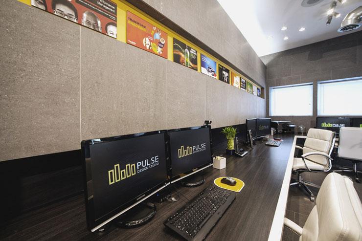 Khu vực làm việc thiết kế mở với hệ thống cửa sổ lớn đón ánh sáng tự nhiên làm không gian sáng sủa hơn