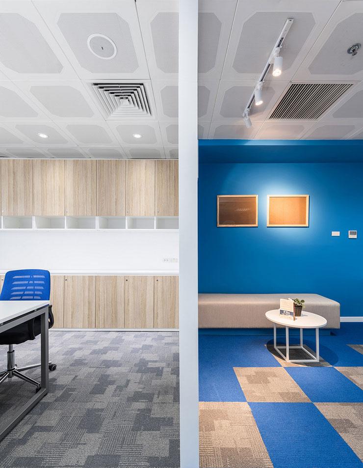 Mặc dù 2 không gian trong văn phòng sử dụng 2 gam màu chủ đạo, tuy nhiên vẫn tạo được sự hòa hợp và đồng bộ trong việc kết hợp màu sắc