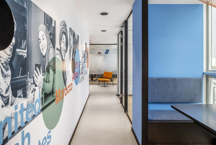 Bức tường được thiết kế mới lạ với những hình ảnh, cụm từ giúp tạo động lực cho nhân viên khi làm việc
