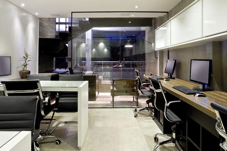 Việc sử dụng vách ngăn kính để ngăn cách các khu vực tạo cảm giác rộng rãi cho không gian văn phòng