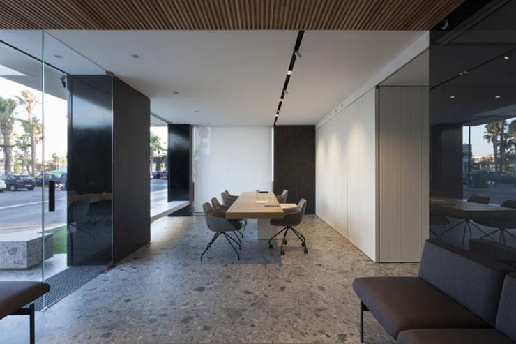 Khu vực dịch vụ khách hàng sử dụng các tấm gỗ trắng trên tường kết hợp với hệ thống đèn Delta Light giúp không gian trông sáng sủa, rộng rãi hơn