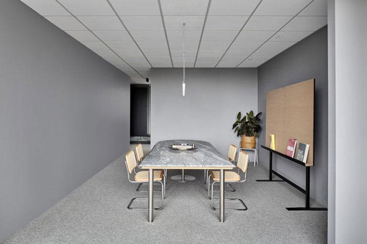 Phòng họp được thiết kế khá đơn giản với những món đồ nội thất và vật dụng cần thiết để trao đổi, trình bày